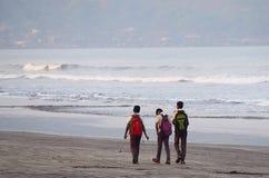 Niños con los bolsos que van a la escuela Fotografía de archivo libre de regalías
