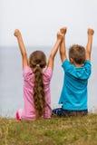 Niños con los brazos aumentados Fotos de archivo libres de regalías