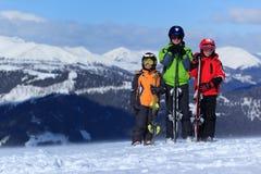 Niños con los esquís en la montaña Fotos de archivo