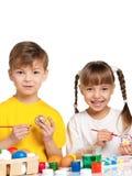 Niños con los huevos de Pascua Imágenes de archivo libres de regalías