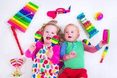 Niños con los instrumentos de música Imagen de archivo libre de regalías