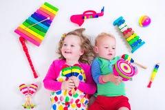 Niños con los instrumentos de música fotos de archivo