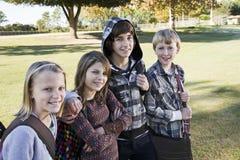 Niños con los morrales de la escuela Imagen de archivo libre de regalías