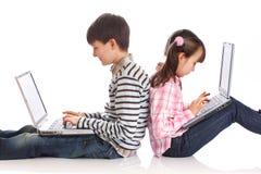 Niños con los ordenadores portátiles imágenes de archivo libres de regalías