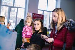 Niños con los padres en la abertura niños ` s centro de entretenimiento del 23 de marzo de 2018 en Cherkasy, Ucrania imagen de archivo libre de regalías