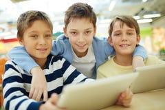 Niños con los paneles táctiles Foto de archivo