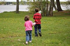Niños con los Pinwheels Foto de archivo libre de regalías