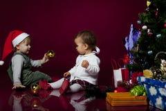 Niños con los regalos de Navidad Foto de archivo