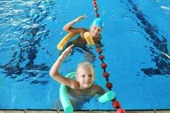 Niños con los tallarines de la natación imagen de archivo libre de regalías