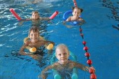 Niños con los tallarines de la natación fotos de archivo