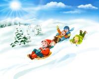 Niños con los trineos, nieve - vacaciones felices del invierno Fotos de archivo libres de regalías