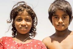 Niños con possing ingenuo de los ojos al aire libre en pueblo indio Fotos de archivo