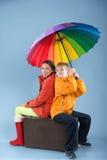 Niños con un paraguas colorido Foto de archivo libre de regalías