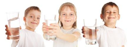 Niños con un vidrio de agua Imagen de archivo