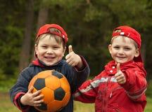 Niños con una bola Fotografía de archivo libre de regalías