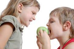 Niños con una manzana Fotografía de archivo libre de regalías