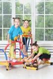Niños contratados al entrenamiento físico foto de archivo