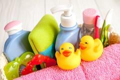 Niños cosméticos orgánicos para el baño en cierre de madera del bakground para arriba Fotos de archivo