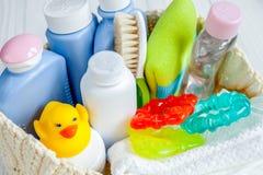 Niños cosméticos orgánicos para el baño en cierre de madera del bakground para arriba Imagen de archivo libre de regalías