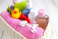 Niños cosméticos orgánicos para el baño en cierre de madera del bakground para arriba Fotos de archivo libres de regalías