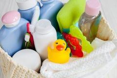Niños cosméticos orgánicos para el baño en cierre de madera del fondo para arriba Imagen de archivo libre de regalías