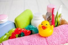 Niños cosméticos orgánicos para el baño en cierre de madera del fondo para arriba Imágenes de archivo libres de regalías