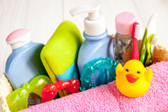 Niños cosméticos orgánicos para el baño en cierre de madera del fondo para arriba Fotos de archivo libres de regalías