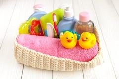 Niños cosméticos orgánicos para el baño en fondo de madera Imágenes de archivo libres de regalías