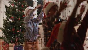 Niños Darkskinned que usan el petardo de la Navidad almacen de video