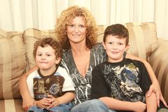 Niños de abarcamiento de la mujer Fotos de archivo libres de regalías