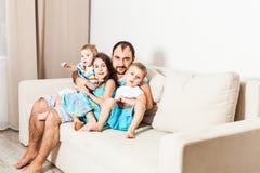 Niños de abarcamiento del hombre joven Retrato de un padre que cuida Foto de archivo libre de regalías