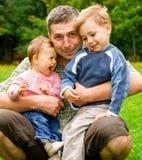 Niños de abarcamiento del padre Fotografía de archivo libre de regalías
