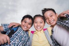Niños de abrazo alegres Imágenes de archivo libres de regalías