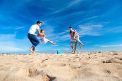 Niños de balanceo del padre en la playa Fotos de archivo
