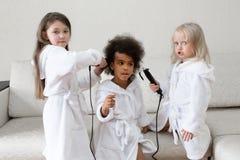 Niños de diversas nacionalidades jugar junto fotografía de archivo libre de regalías