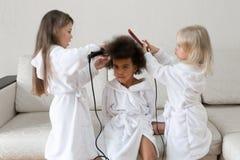 Niños de diversas nacionalidades jugar junto imagen de archivo