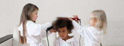 Niños de diversas nacionalidades jugar junto foto de archivo libre de regalías