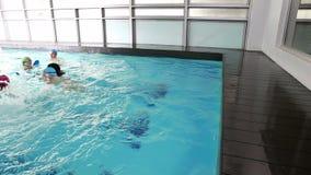 Niños de enseñanza del coche de la natación cómo nadar almacen de video