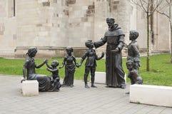 Niños de enseñanza del sacerdote religión imagenes de archivo