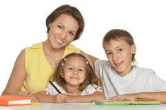 Niños de la ayuda de los padres Imagen de archivo