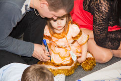 Niños de la ayuda de los padres a dibujar Imagen de archivo libre de regalías