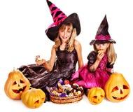 Niños de la bruja en el partido de Halloween. Foto de archivo libre de regalías