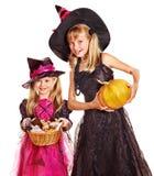 Niños de la bruja en el partido de Víspera de Todos los Santos. Imagenes de archivo