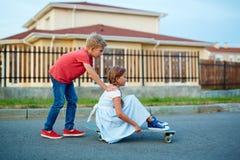 Niños de la ciudad que juegan afuera Fotografía de archivo