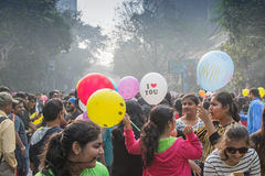 Niños de la ciudad que se divierten con los globos coloridos Foto de archivo libre de regalías