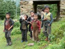 Niños de la escuela de Ripchet - valle de Tsum - Nepal Fotos de archivo