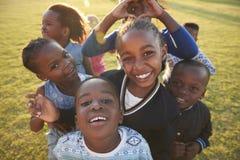 Niños de la escuela primaria que se divierten al aire libre, alto ángulo imagen de archivo