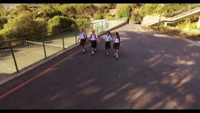 Niños de la escuela que caminan en campus almacen de video
