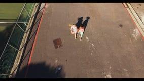 Niños de la escuela que caminan en campus metrajes