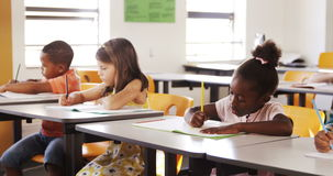 Niños de la escuela que estudian en sala de clase metrajes